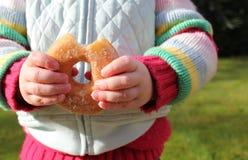Niño snacking en el buñuelo malsano del chocolate Foto de archivo libre de regalías
