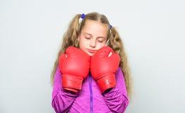 Niño soñoliento agotado después del boxeo golpe de gracia y energía Éxito del deporte Moda de la ropa de deportes Entrenamiento c imagen de archivo libre de regalías