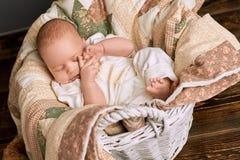 Niño soñoliento en una cesta foto de archivo libre de regalías