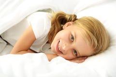 Niño soñoliento feliz en el sofá foto de archivo libre de regalías