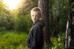 Niño solamente en bosque Fotografía de archivo libre de regalías