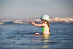 Niño solamente en el mar imagen de archivo