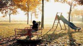 Niño solamente en un parque almacen de video
