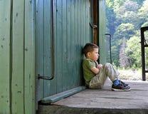 Niño solo y trastornado foto de archivo