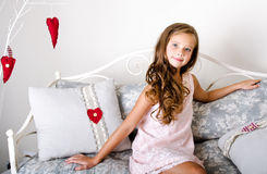 Niño sonriente adorable de la niña en vestido de la princesa Imágenes de archivo libres de regalías