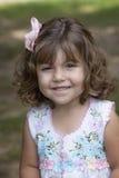 Niño sonriente con el pelo rizado fotografía de archivo libre de regalías