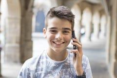 Niño sonriente con el teléfono móvil Fotos de archivo libres de regalías