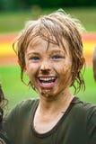 Niño sonriente con la cara fangosa imagen de archivo libre de regalías