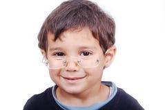 Niño sonriente con los vidrios fotografía de archivo