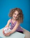 Niño sonriente de risa feliz con el conejito de pascua Fotografía de archivo libre de regalías