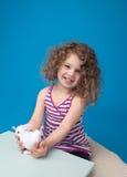 Niño sonriente de risa feliz con el conejito de pascua Imagen de archivo libre de regalías