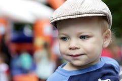 Niño sonriente en casquillo Fotos de archivo