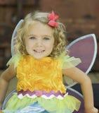 Niño sonriente en el traje de Halloween de la hada Foto de archivo libre de regalías
