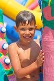 Niño sonriente en un parque del agua imagen de archivo