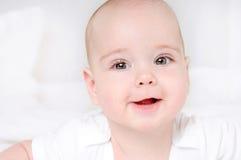 Niño sonriente feliz con los ojos marrones abiertos de par en par Imágenes de archivo libres de regalías