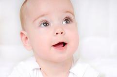Niño sonriente feliz con los ojos marrones abiertos de par en par Fotografía de archivo libre de regalías