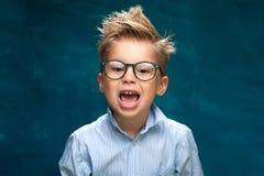 Niño sonriente feliz del negocio con las lentes fotos de archivo libres de regalías