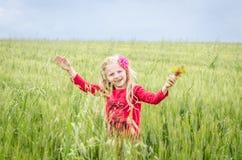 Niño sonriente feliz en el campo de trigo Fotografía de archivo