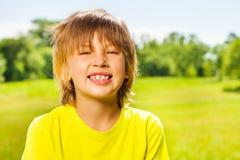 Niño sonriente feliz positivo en camiseta amarilla Imagen de archivo libre de regalías