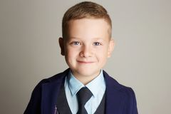 Niño sonriente niño pequeño de moda Foto de archivo