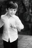 Niño sonriente que corre en el parque Imagen de archivo