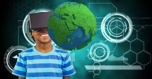 Niño sonriente que mira la tierra polivinílica baja sobre los vidrios de VR Fotos de archivo libres de regalías