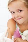 Niño sonriente que recibe la vacuna Fotografía de archivo