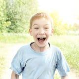 Niño sorprendido al aire libre Imagen de archivo libre de regalías