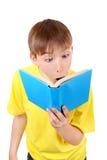 Niño sorprendido con el libro Imagen de archivo