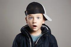 Niño sorprendido de moda Moda del invierno Imagen de archivo