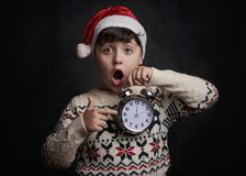 Niño sorprendido en el ` s Eve del Año Nuevo Imágenes de archivo libres de regalías