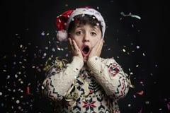 Niño sorprendido en el ` s Eve del Año Nuevo Fotos de archivo