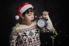 Niño sorprendido en el ` s Eve del Año Nuevo Fotos de archivo libres de regalías