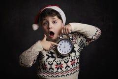 Niño sorprendido en el ` s Eve del Año Nuevo Imagen de archivo libre de regalías