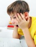 Niño sorprendido que hace la preparación Foto de archivo libre de regalías
