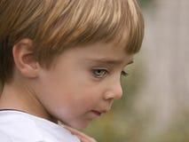 Niño tímido con los ojos verdes azules Fotos de archivo