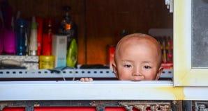 Niño tibetano en casa Fotografía de archivo