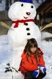 Niño trastornado y muñeco de nieve divertido Imagen de archivo libre de regalías