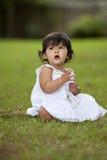 Niño trigueno en hierba imágenes de archivo libres de regalías