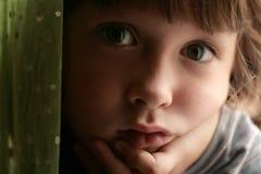 Niño triste, aburrido, que soña despierto Fotografía de archivo