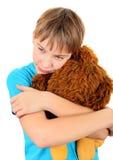 Niño triste con un juguete de la felpa Fotos de archivo libres de regalías
