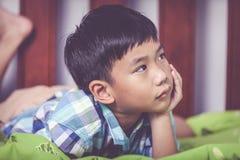 Niño triste del primer dentro del dormitorio Concepto de familias del problema imagen de archivo