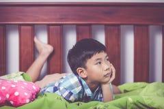 Niño triste dentro del dormitorio Concepto de familias del problema fotos de archivo