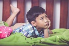 Niño triste dentro del dormitorio Concepto de familias del problema imagen de archivo libre de regalías