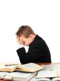 Niño triste en el escritorio de la escuela Imágenes de archivo libres de regalías