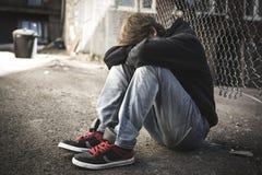 Niño triste en la calle de la ciudad Imagen de archivo