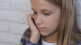 Niño triste, niño infeliz, muchacha enferma enferma en la depresión, persona pensativa subrayada almacen de video