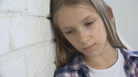 Niño triste, niño infeliz, muchacha enferma enferma en la depresión, persona pensativa subrayada foto de archivo