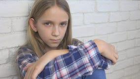 Niño triste, niño infeliz, muchacha enferma enferma en la depresión, persona pensativa subrayada fotos de archivo