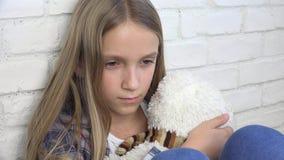 Niño triste, niño infeliz, muchacha enferma subrayada en la depresión, persona abusada enferma almacen de metraje de vídeo